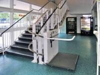 Наклонное (лестничное) подъёмное устройство с платформой для инвалидов (сложная траектория движения)